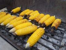 Maïs de gril sur le fourneau chacoal Photo stock