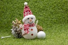 Mas del ` de la pelota de golf el feliz X y la Feliz Año Nuevo firman en hierba verde Imágenes de archivo libres de regalías