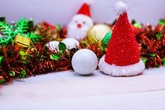 Mas del ` de la pelota de golf el feliz X y la Feliz Año Nuevo firman en hierba verde Imagen de archivo