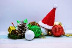 Mas del ` de la pelota de golf el feliz X y la Feliz Año Nuevo firman en hierba verde Foto de archivo