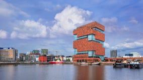 MAS Museum op een zonnige dag met blauwe hemel en wolken, Antwerpen, België Stock Fotografie