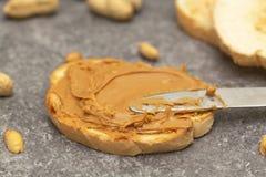 Mas?o orzechowe grzanki lub kanapki Naturalny organicznie jarski jedzenie obraz stock
