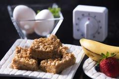 Masła Orzechowego Marshmallow kwadraty, jajka, zegar & owoc, Obrazy Stock