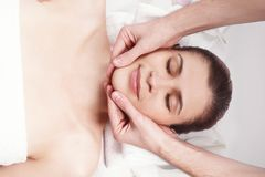 Masaż dla szyi młoda piękna kobieta i twarzy obraz royalty free