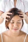 masaż głowy pacjenta otrzymujące Obraz Royalty Free