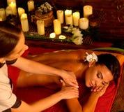 Masaż i aromatherapy kobieta z lekarzem praktykującym zdjęcia royalty free