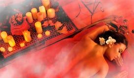 Masaż kobieta w zdroju salonie Luxary wewnętrzna orientalna terapia Zdjęcia Stock