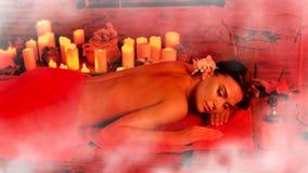 Masaż kobieta w zdroju salonie Luxary wewnętrzna orientalna terapia Obrazy Stock