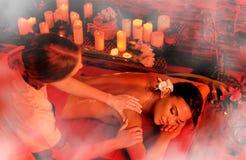 Masaż kobieta w zdroju salonie Luxary wewnętrzna orientalna terapia Obrazy Royalty Free