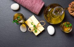 Masaż lub aromatherapy ustawiający: olej, kamienie, mydło i ręcznik, Obraz Royalty Free