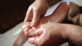 Masaż ludzka stopa w zdroju salonie zdjęcie wideo