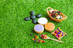 Masaż rzeczy położenie na zielonej trawy tle Fotografia Stock