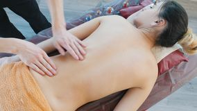 Masaż sesja Masażysta daje masażowi młoda kobieta po próżniowej procedury zbiory