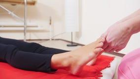 Masaż sesja nożnego masażu odbiorczy kobiety potomstwa Masować palec u nogi zbiory wideo