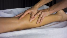 Masaż z nafcianymi żeńskimi nogami zdjęcia royalty free