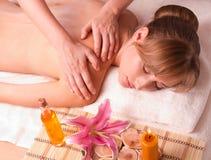 Masażu ciała kobiety relaksują w zdroju fotografia royalty free