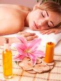 Masażu ciała kobiety relaksują w zdroju zdjęcie royalty free