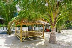Masażu gazebo na plaży z drzewkami palmowymi obrazy stock