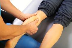 Masażu mięśnia łydkowy massager ciemięży Fotografia Royalty Free