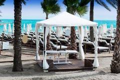 Masażu stół przy plażą Zdjęcie Royalty Free