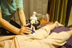 Masażu tła ciała masaż w zdroju salonu młodej kobiecie ekspresowej zdjęcia stock