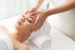 Masażu terapeuta nacierania czoło klient zdjęcia stock