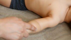Masażu terapeuta robi dla jeden roczniak chłopiec dziecka rehabilitacji masażu zbiory wideo