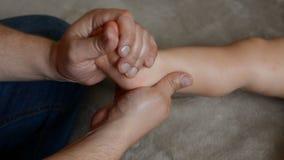 Masażu terapeuta robi dla jeden roczniak chłopiec dziecka rehabilitacji masażu zbiory