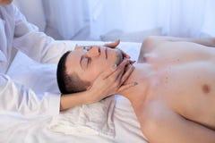 Masażu terapeuta robi mężczyzna szyi masażowi w zdroju zdjęcie stock