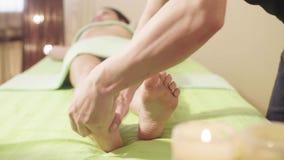 Masażu terapeuta robi masażowi kobiety ` s noga zbiory wideo