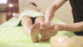 Masażu terapeuta robi masażowi kobiety ` s stopa zbiory wideo