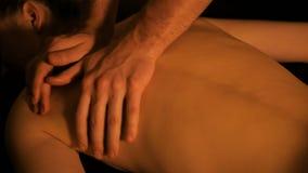 Masażysta ręki robi z powrotem masażowi w zdroju centrum zdjęcie wideo