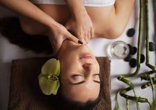 Masażysta robi masażowi na kobiety ciele w zdroju salonie Piękna traktowania pojęcie Obraz Royalty Free