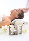 Masażystka - kobieta przy twarz masażem Zdjęcia Stock