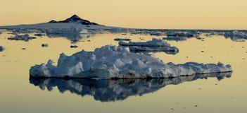 Masa de hielo flotante de hielo de deriva en el amanecer Fotos de archivo libres de regalías