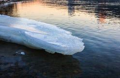 Masa de hielo flotante de hielo que derrite en la costa Fotos de archivo