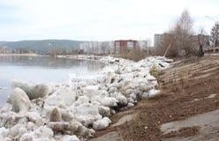 Masa de hielo flotante desechada en el río Zelenogorsk, territorio de Krasnoyarsk Imagen de archivo libre de regalías