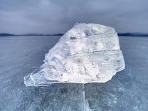 Masa de hielo flotante de hielo e hielo machacado en la tierra congelada y plana oscura Hielo machacado brillante Fotos de archivo libres de regalías