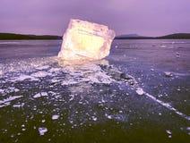 Masa de hielo flotante de hielo e hielo machacado en la tierra congelada y plana oscura Hielo machacado brillante Fotografía de archivo