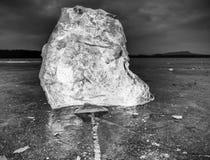 Masa de hielo flotante de hielo e hielo machacado en la tierra congelada y plana oscura Hielo machacado brillante Imagen de archivo libre de regalías