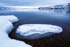 Masa de hielo flotante en la orilla del lago Baikal en la región de Irkutsk, Rusia Imagen de archivo
