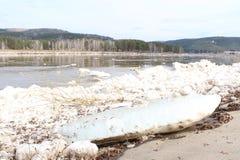 Masa de hielo flotante grande desechada en el río Caen Zelenogorsk Imagen de archivo