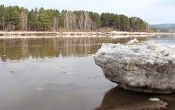 Masa de hielo flotante varada de Kan River Zelenogorsk Fotografía de archivo libre de regalías