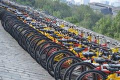Masa pchnięcie jechać na rowerze na Xian miasta ścianie Zdjęcie Royalty Free