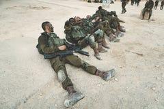 Masada, Isra?l 23 octobre 2018 : Soldats de l'armée israélienne se trouvant au sol et se reposant après les manoeuvres et le marc photographie stock