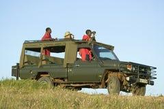 Masai наблюдает и турист ищет животные от Landcruiser во время привода игры на охране природы живой природы Lewa в северной Кении Стоковая Фотография RF