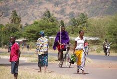 Masai außerhalb ihres Dorfs Stockfotografie