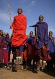 Masai, das Kriegerstanz durchführt. Stockfotos