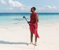 Masai de sourire avec des lunettes de soleil sur une plage Image libre de droits