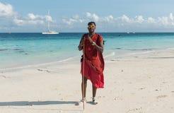 Masai de sourire avec des lunettes de soleil sur une plage Images stock